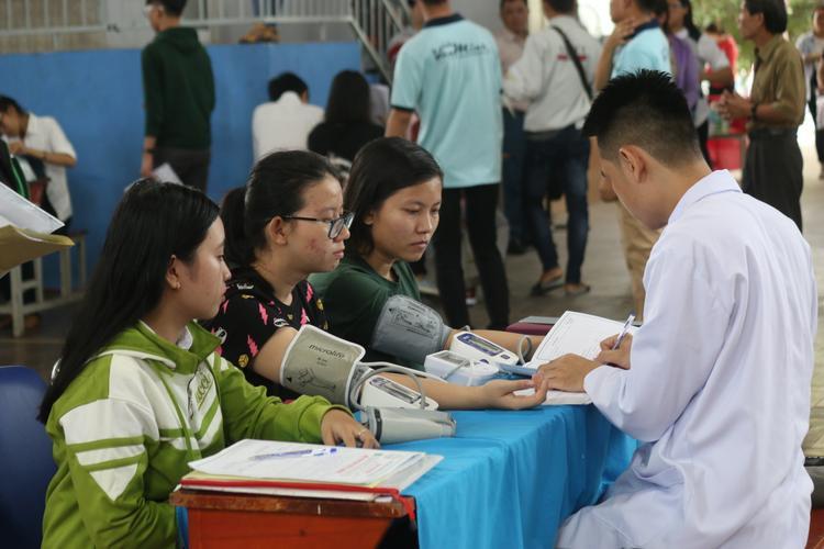 Các tân sinh viên được hỗ trợ khám sức khỏe tại trường để lấy kết quả bổ xung hồ sơ. Ảnh: PVT