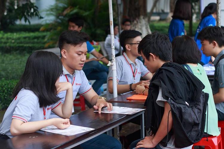 Nhiều bàn tư vấn trong khuôn viên trường để hỗ trợ giải đáp thắc mắc của các thí sinh. Ảnh: QTBK