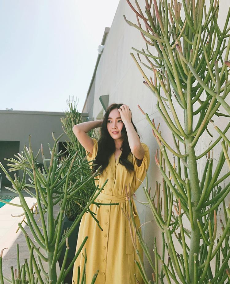 Không cần sử dụng quá nhiều phụ kiện khác, Jessica (SNSD) vẫn toát lên vẻ đằm thắm, nữ tính trong thiết kế đầm màu vàng nổi bật.