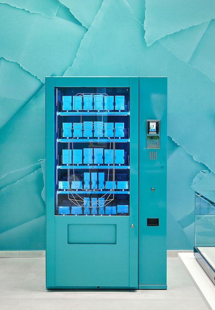 Máy bán hàng tự động màu xanh ngọc đặc trưng và được đặt ở cửa hàng mới mở của hãng ở London.