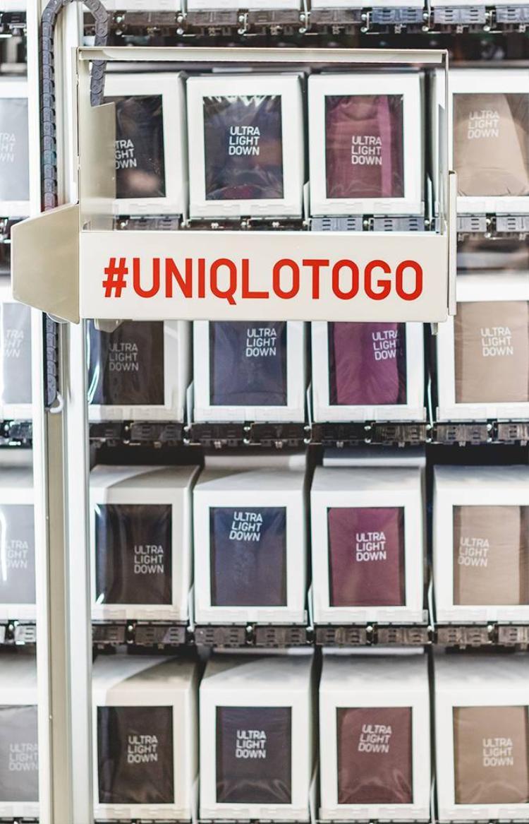 Luôn được ưu chuộng bởi chất liệu và kiểu dáng đơn giản, không ngạc nhiên khi Uniqlo cho lắp đặt máy bán hàng tự động ở khắp mọi nơi để tiếp cận nhiều tầng lớp khách hàng hơn.