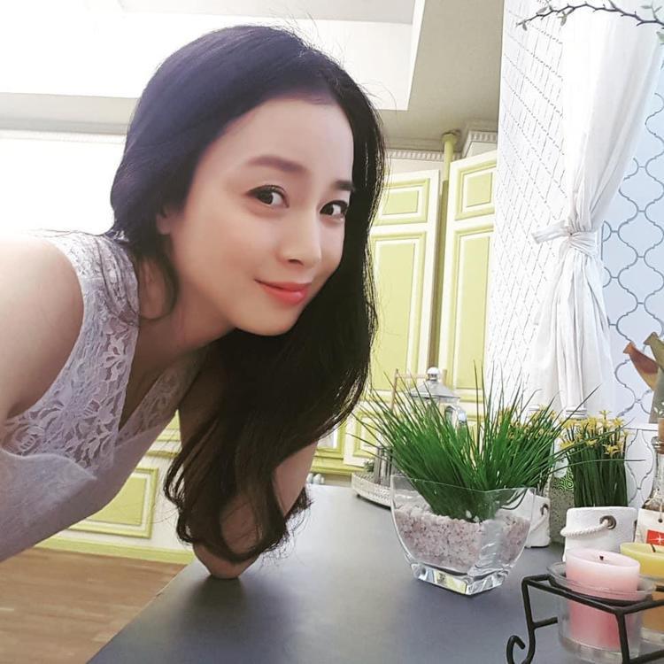 """""""Ngọc nữ xứ Hàn"""" khoe góc nghiêng thần thánh. Nếu để ý, dạo gần đây, người đẹp rất ít khi đăng ảnh trên mạng xã hội. Vì thế, lần đăng ảnh đột ngột như thế này chắc chắn để """"dằn mặt"""" những bức ảnh trước đó, khẳng định cô vẫn còn xinh đẹp và quyến rũ."""