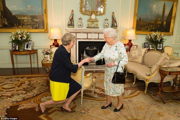 """Theo một phát ngôn của gia đình Hoàng gia Anh, phép lịch sự chung là """"khom hoặc cúi chào"""" thành viên của Hoàng gia Anh, đặc biệt là nữ hoàng. Tuy nhiên, điều này hoàn toàn phụ thuộc vào lựa chọn cá nhân và không bắt buộc. Ấy thế nhưng, Thủ tướng Anh Theresa May lại tỏ rõ sự kính trọng của bà trước các thành viên hoàng gia bằng kiểu chào khụy gối."""