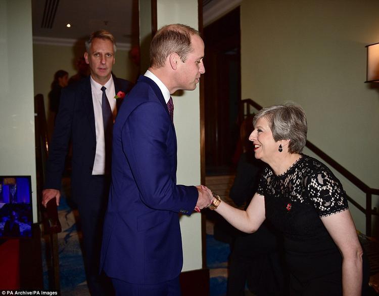 Không chỉ với Nữ hoàng Anh, với bất kỳ thành viên nào trong gia đình hoàng gia, bà Theresa May đều có hành động như vậy. Mỗi lần như vậy, bà đưa tay phải ra để bắt tay với thành viên hoàng gia, đồng thời hai chân cũng khụy xuống.