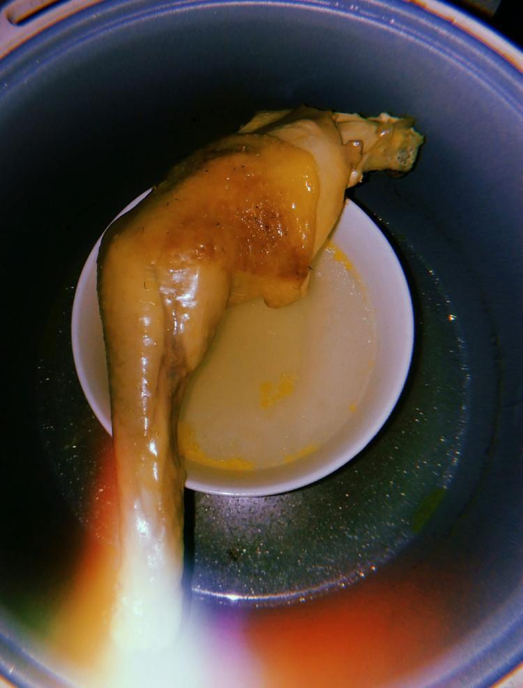 Chiếc nồi cơ điện bé nhỏ còn mang đến món ăn gà hấp dẫn thế này đây! Ảnh: Trương Thị Ánh Liệu.