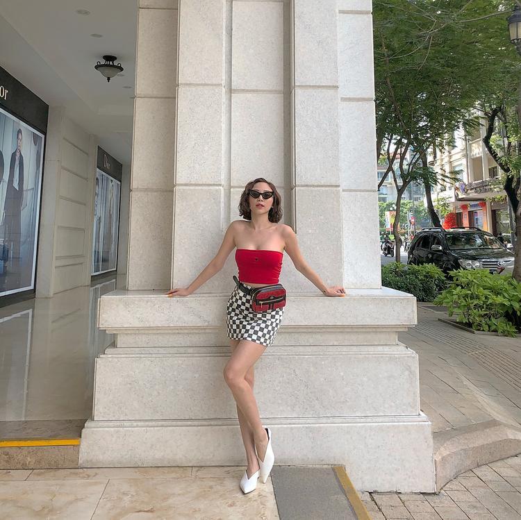 HÌnh ảnh thường thấy của Tóc Tiên dạo gần đây với outfit gồm áo croptop và chân váy.