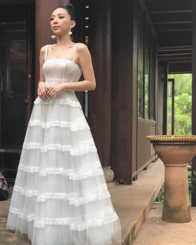 Người đẹp khoe vai trần gợi cảm trong chiếc đầm ren trắng cực 'bánh bèo'.