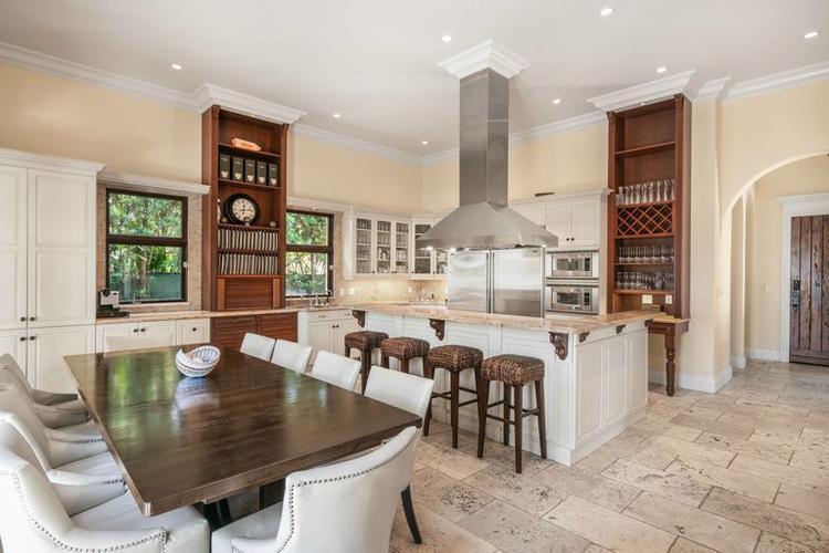 Nhà bếp rộng với nội thất hiện đại, tinh tế cùng cách bày trí đẹp mắt trong căn biệt thự đủ chỗ cho nhiều người dùng bữa một thời điểm. Không gian tràn ngập ánh sáng cũng là một điểm cộng.
