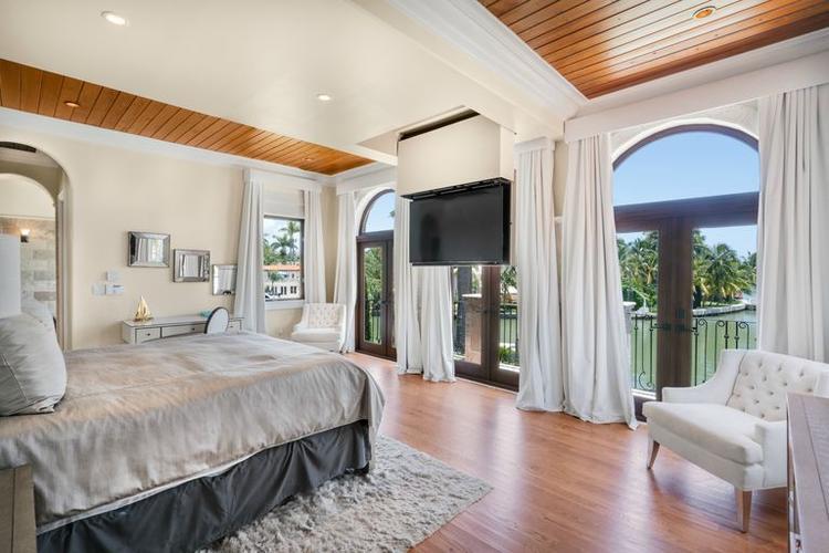 Phòng ngủ tràn ngập ánh sáng với khung cảnh thơ mộng và tầm nhìn rộng mở ra không gian xung quanh.