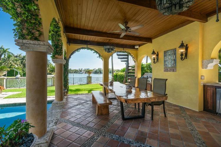 Hiên nhà rộng được đặt bên cạnh bể bơi và có tầm nhìn rộng ra không gian bên ngoài căn biệt thự.