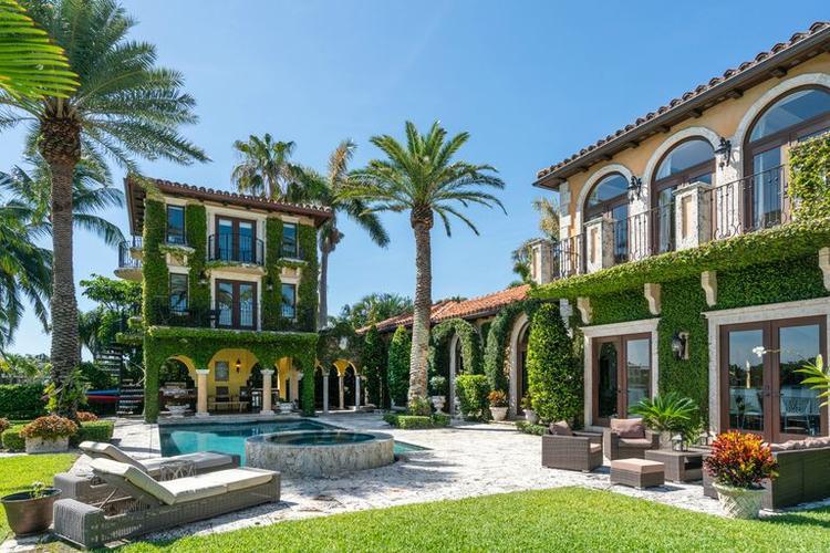 Căn biệt thự chục triệu đô tất nhiên không thể thiếu bể bơi và spa riêng.