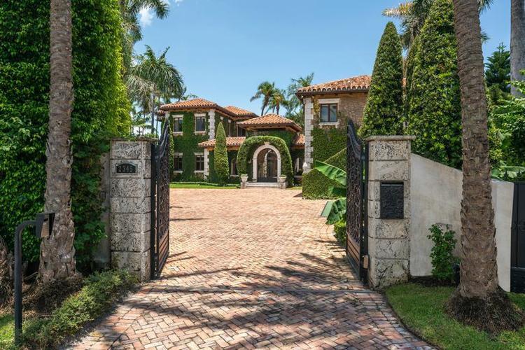Cổng vào của căn biệt thự được thiết kế khá đơn giản nhưng ấn tượng bởi màu xanh của cây cỏ.