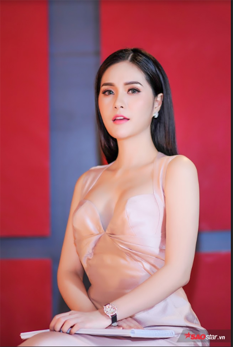 Lộ diện HLV quyền lực của Siêu mẫu Việt Nam 2018: Kỳ Duyên  Hương Giang trắng, đỏ đối nghịch quét sạch thảm đỏ