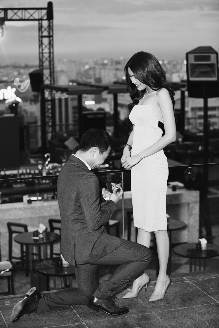 Hình ảnh vị hôn phu tương lai quỳ gối cầu hôn khiến Lan Khuê xúc động.
