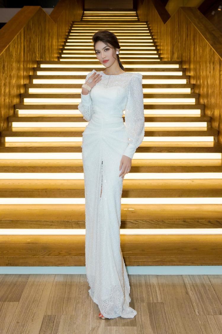 Đối lập hoàn toàn với vẻ đẹp quyến rũ của Hương Giang, Lan Khuê thanh lịch kín đáo trong bộ jumpsuit trắng nền nã.