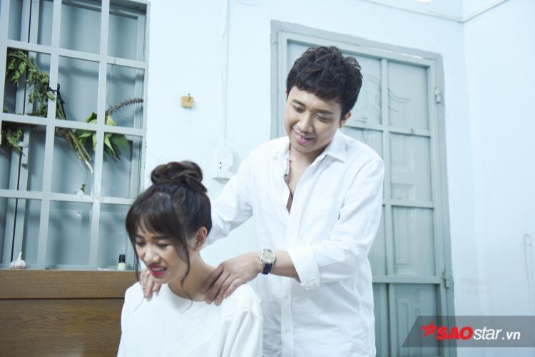 Dù bất cứ nơi nào, Trấn Thành vẫn luôn quan tâm và dành nhiều cử chỉ yêu thương dành cho bà xã Hari Won.