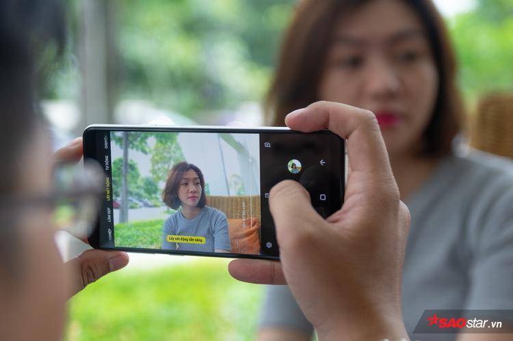 Trên ứng dụng camera của Galaxy A8 Star có thanh điều chỉnh mức độ xóa phông giúp bạn thao tác nhanh chóng trong quá trình chụp ảnh