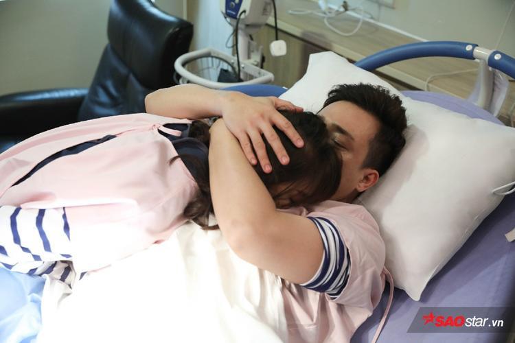 Trấn Thành xúc động ôm chầm lấy Hari.