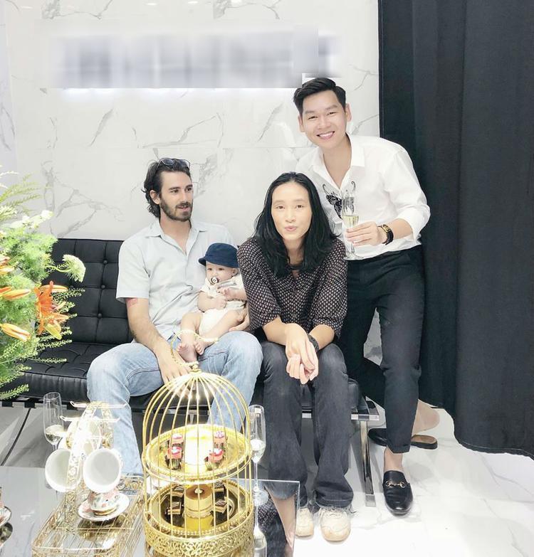 Sau thời gian dài vắng bóng, Trang Khiếu tái xuất khoe con trai nhỏ và người yêu ngoại quốc