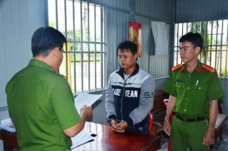 Đối tượng Thanh bị công an đọc lệnh bắt tạm giam để điều tra.