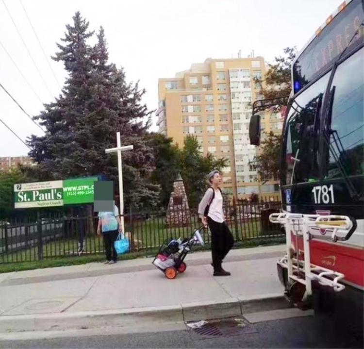 Hình ảnh Ngô Trác Lâm - con gái Thành Long được một trang báo đưa tin rằng phải đi nhặt rác kiếm sống ở đường phố Toronto (Canada).