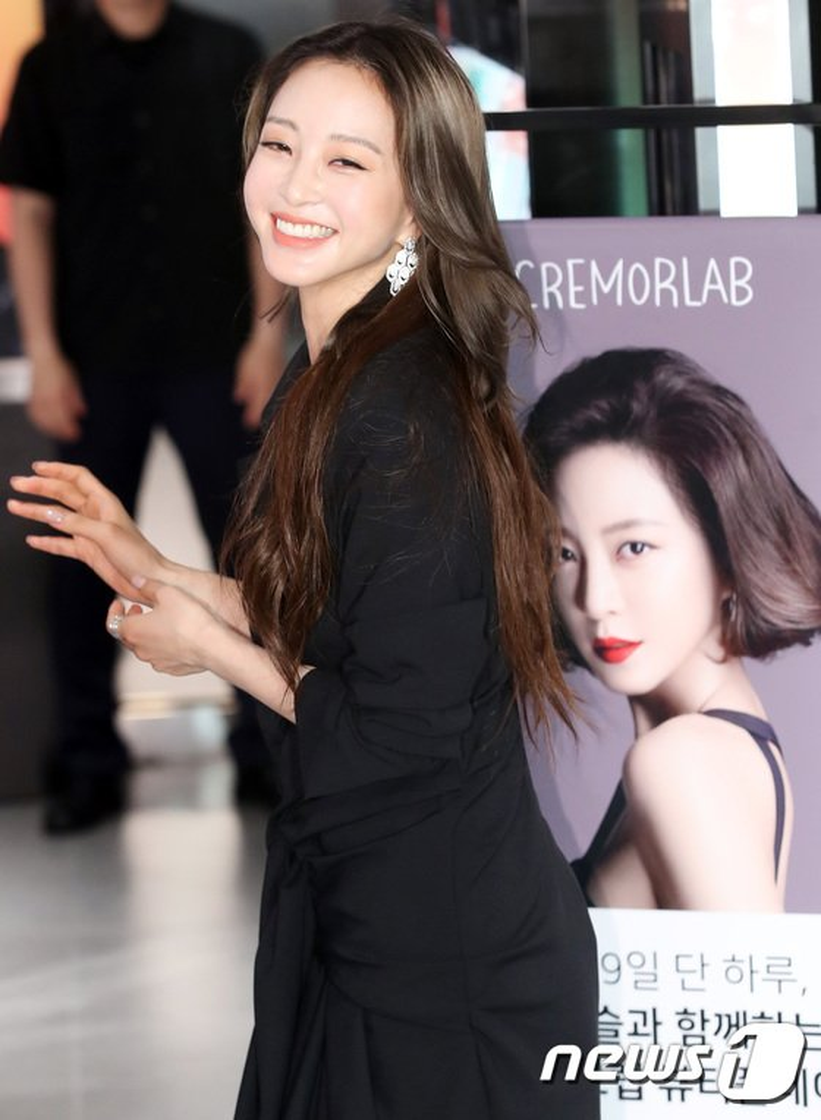 Báo Hàn chỉ trích Han Ye Seul phẫu thuật thẩm mỹ, diện đồ rẻ tiền hở táo bạo sau tai nạn y tế