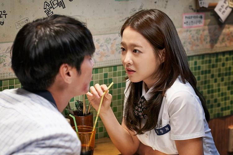 Ngắm ảnh hẹn hò thời học sinh của Park Bo Young và Kim Young Kwang trong On Your Wedding Day  Bỗng nhớ tình đầu!