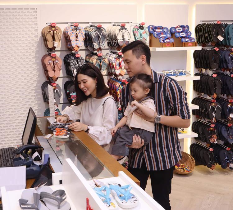 Gia đình nhỏ đáng yêu của cặp đôi Kiên Hoàng - Heo Mi Nhon diện trang phục giản dị khi mua sắm, nhưng nhìn vào ai cũng thấy sự ấm áp toát ra.