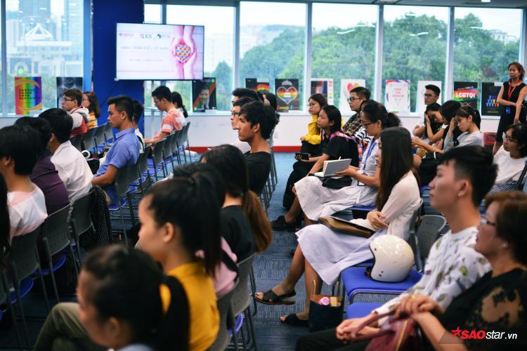 Buổi chia sẻ đã thu hút nhiều phụ huynh, các bạn trẻ thuộc LGBT và nhiều người đến tham dự.
