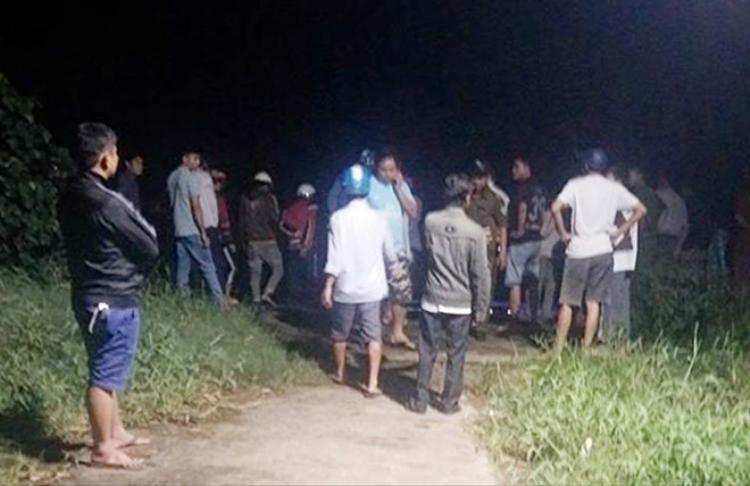 Nhiều người dân tập trung tại vị trí tìm thấy thi thể nạn nhân. Ảnh: Zing.vn.