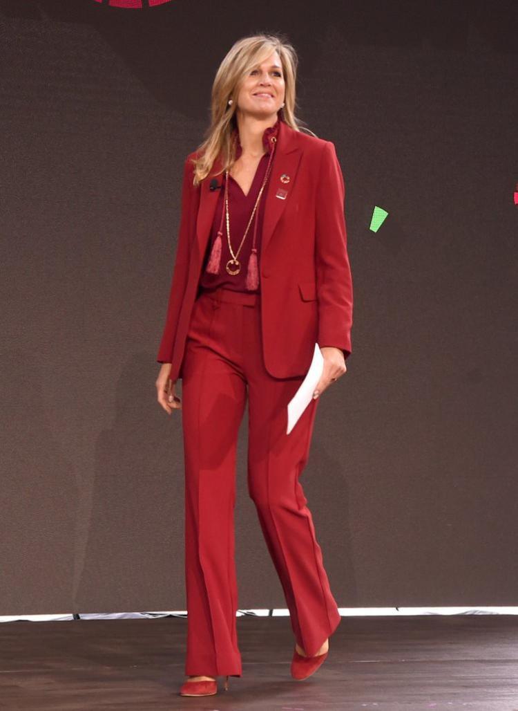 Ngoài những kiểu dáng váy điệu đà, Hoàng hậu Maxima cũng biến hoá với những bộ suit thanh lịch trong các buổi họp quan trọng với gam màu đỏ nổi bật