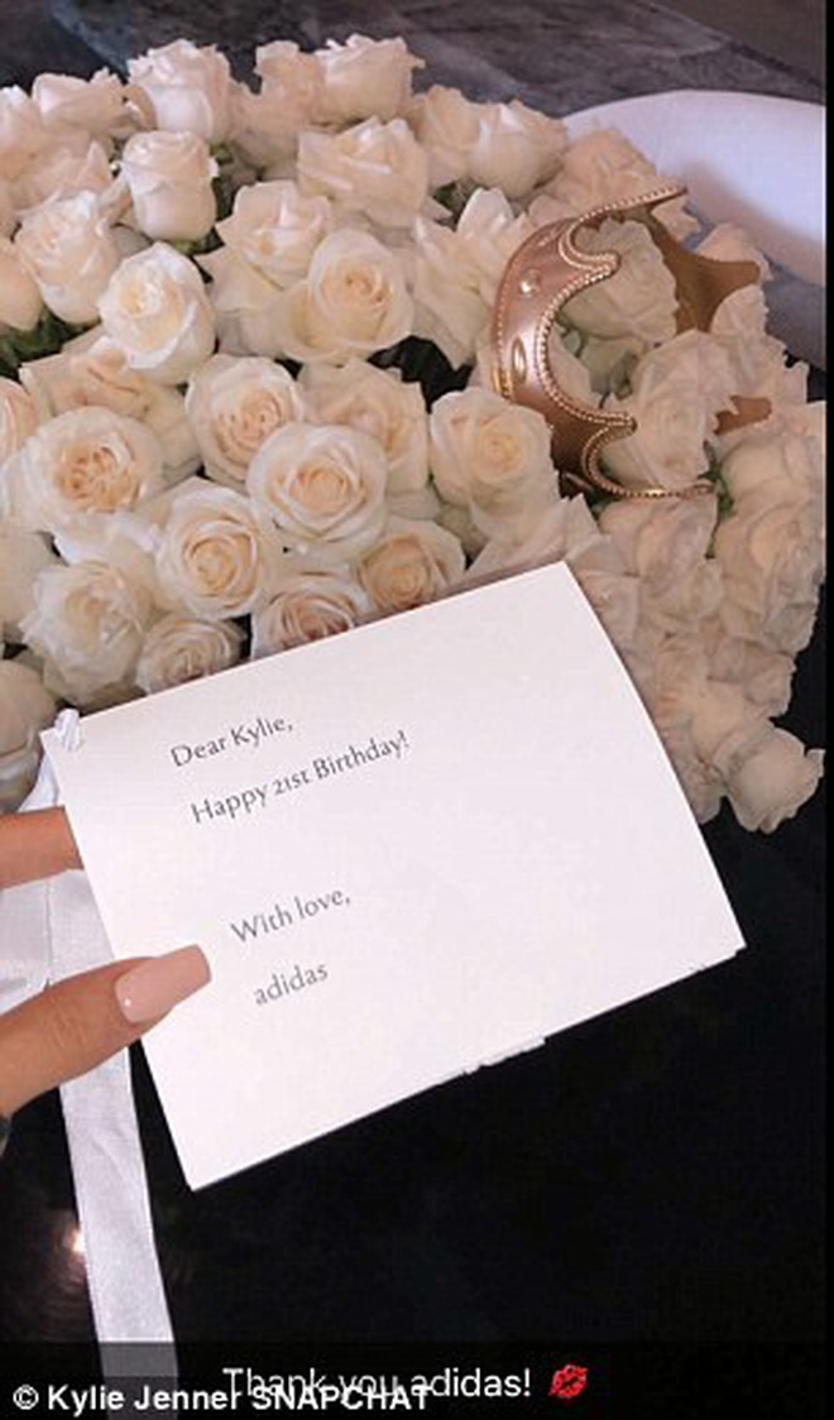 Kylie Jenner phá lệ đăng ảnh đón sinh nhật tuổi 21 bên cô công chúa nhỏ