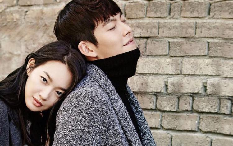 Shin Min Ah luôn ở bên cạnh chăm sóc, động viên anh trong suốt thời gian Kim Woo Bin chống chọi với căn bệnh ung thư.
