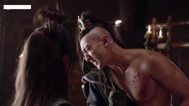 Cơ bắp vạm vỡ khiến ai cũng ghen tị của Ngô Tôn trong phân cảnh Lâm Lang Thiên bị thương.