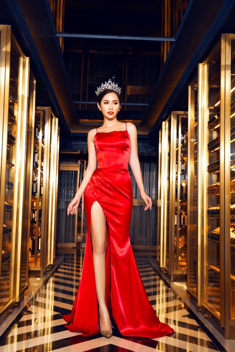 Cô diện một chiếc váy xẻ cao, màu sắc rực rỡ giúp tôn lên đôi chân dài thon gọn.