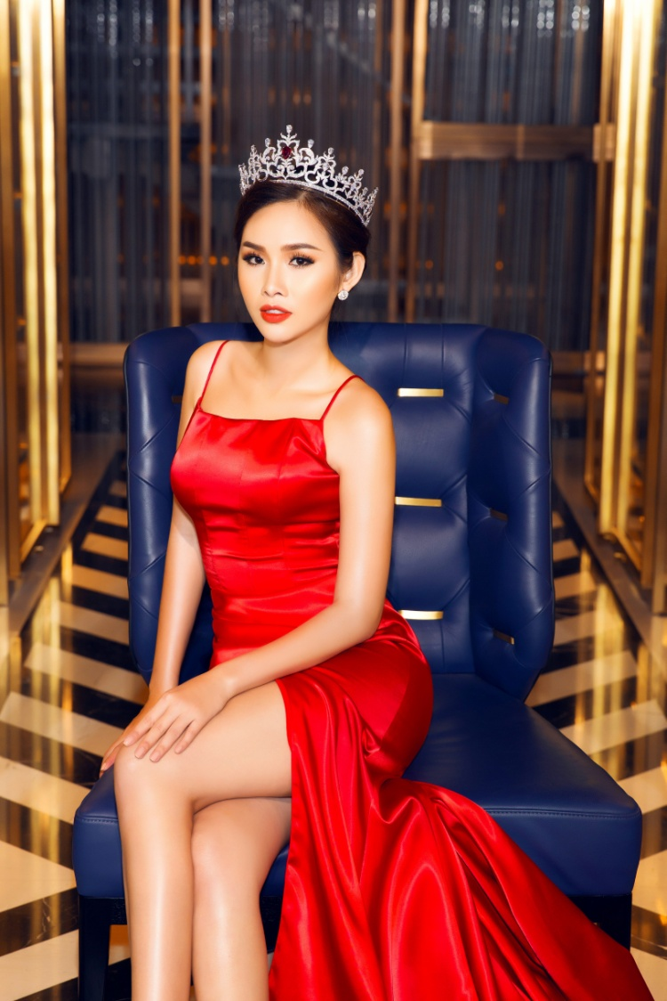 Trong bộ ảnh mới, á hậu Thanh Trang khoe nhan sắc xinh đẹp trong sắc đỏ cùng với vương miện danh giá mà cô rất trân trọng và giữ gìn cẩn thận.