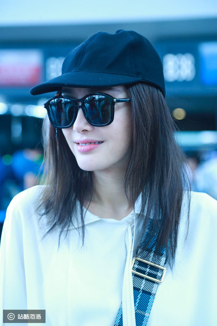 Bất ngờ xuất hiện tại sân bay, Phú Sát Hoàng Hậu Tần Lam khiến người người phải ngã ngửa bởi nhan sắc thật?