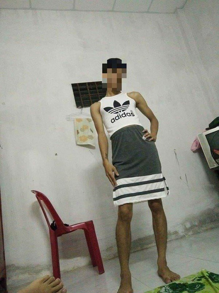Anh chàng xăm trổ mặc váy ngủ của vợ rồi chụp ảnh yểu điệu thục nữ khiến hội chị em sốt xình xịch