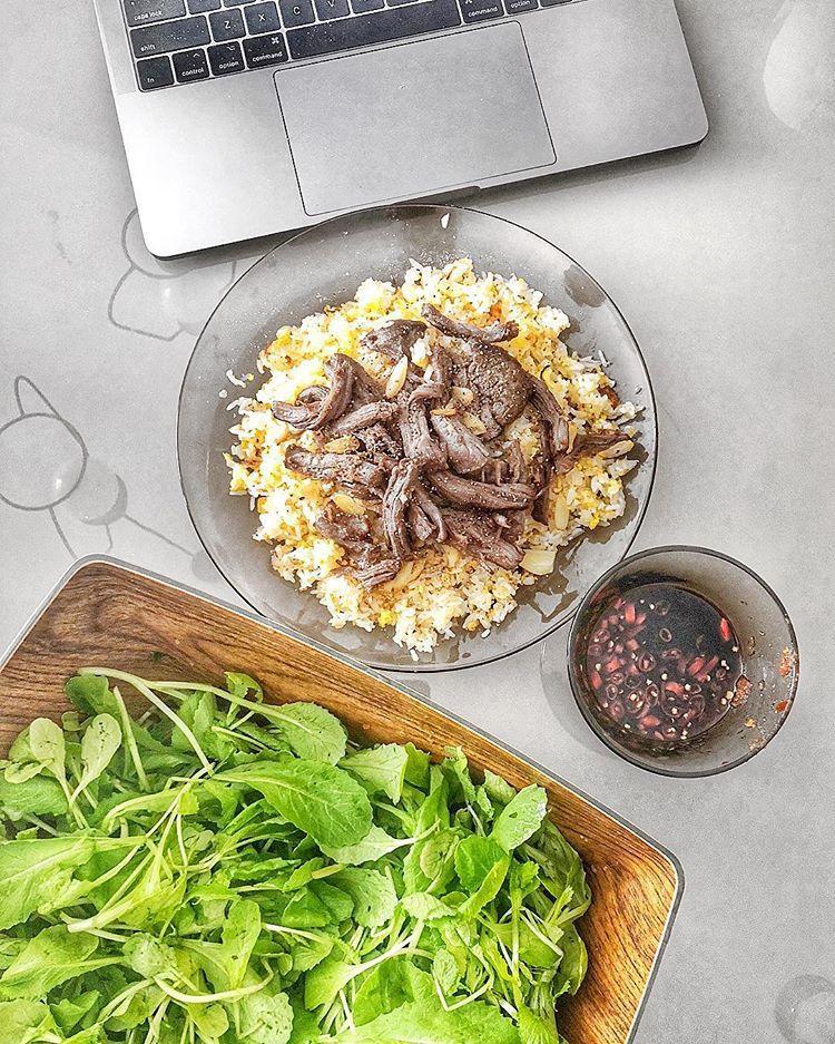 Phải nói rằng Lan Khuê vô cùng khéo tay khi có thể làm được rất nhiều món ăn từ các vùng miền khác nhau. Đây chính là cơm chiên tỏi và bò Wagyu.