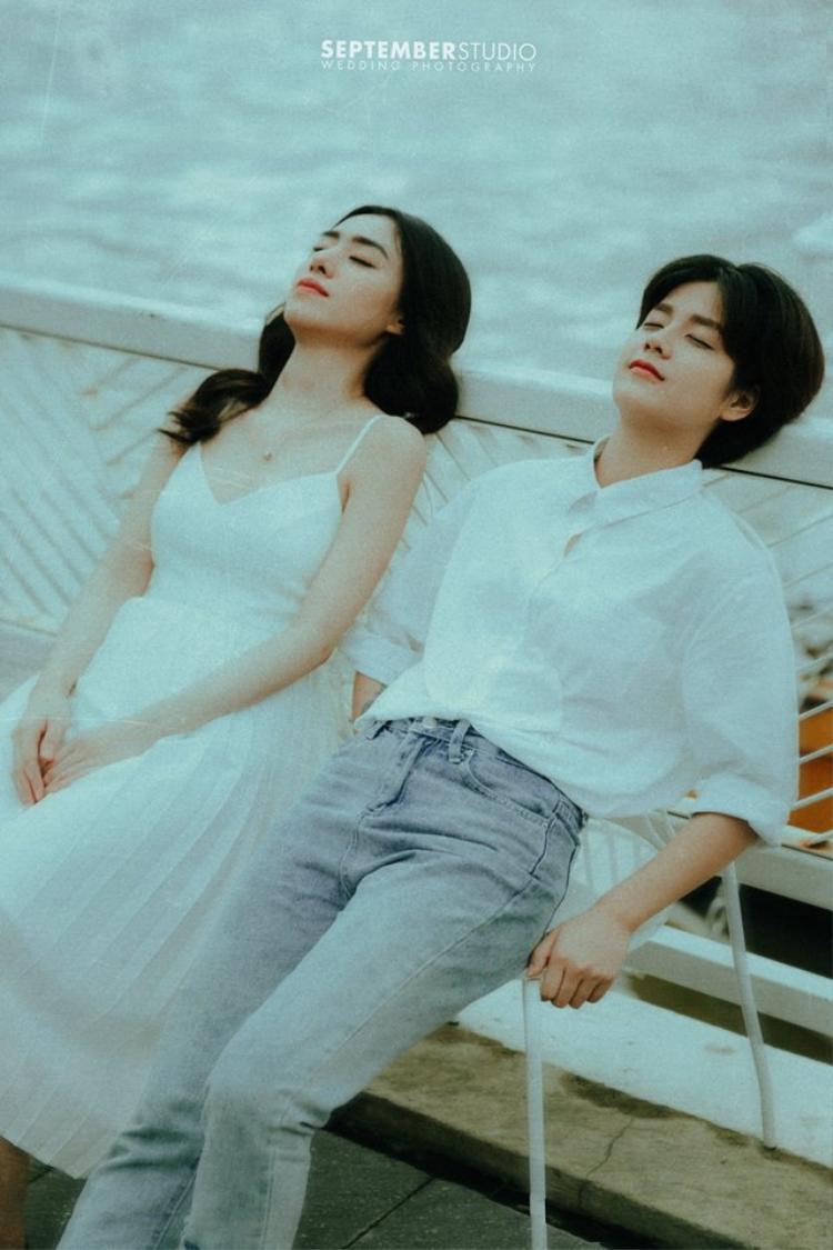 Bộ ảnh của cặp đôi đồng tính nữ đẹp như hoa, cách nhau tận 8 tuổi chính là tâm điểm chú ý của MXH hôm nay!