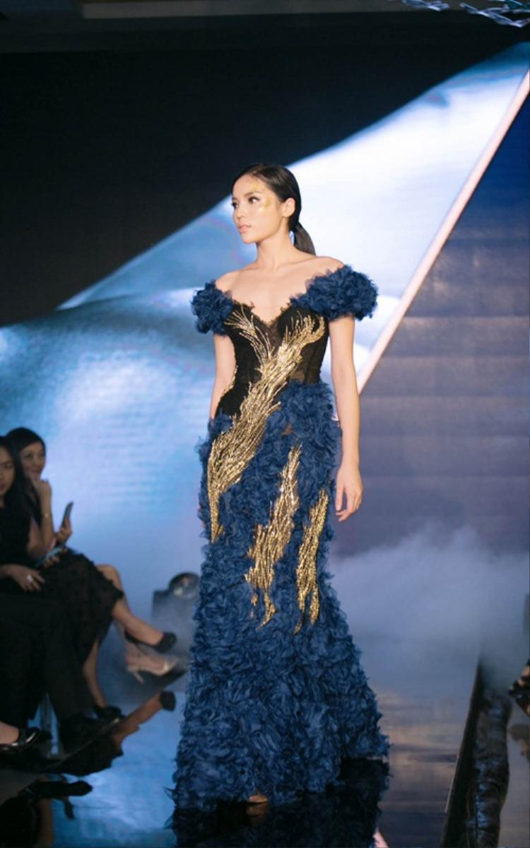 Hình ảnh Hoa hậu Kỳ Duyên được tôn vinh trong show diễn lần trong những bộ trang phục được đính kết tỉ mỉ, công phu.