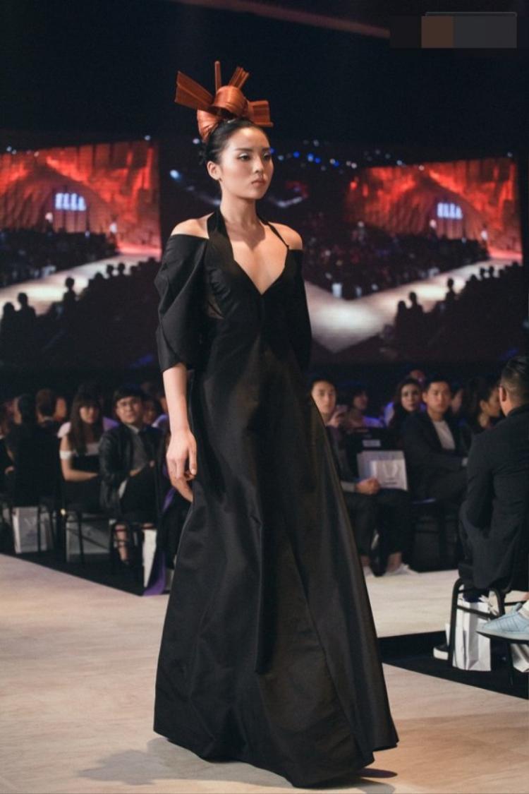 Hoa hậu Kỳ Duyên bất ngờ sải bước trên show diễn của Nuchsuda trong chiếc đầm đen xẻ ngực sâu vô cùng gợi cảm.