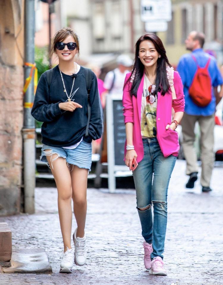 """Cả 2 cô nàng đều có gu thời trang năng động, đơn giản. Đặc biệt trước khi show lên sóng, Triệu Vy còn khiến dân tình bất ngờ vì giảm cân thành công và style """"hack tuổi"""" trẻ trung."""