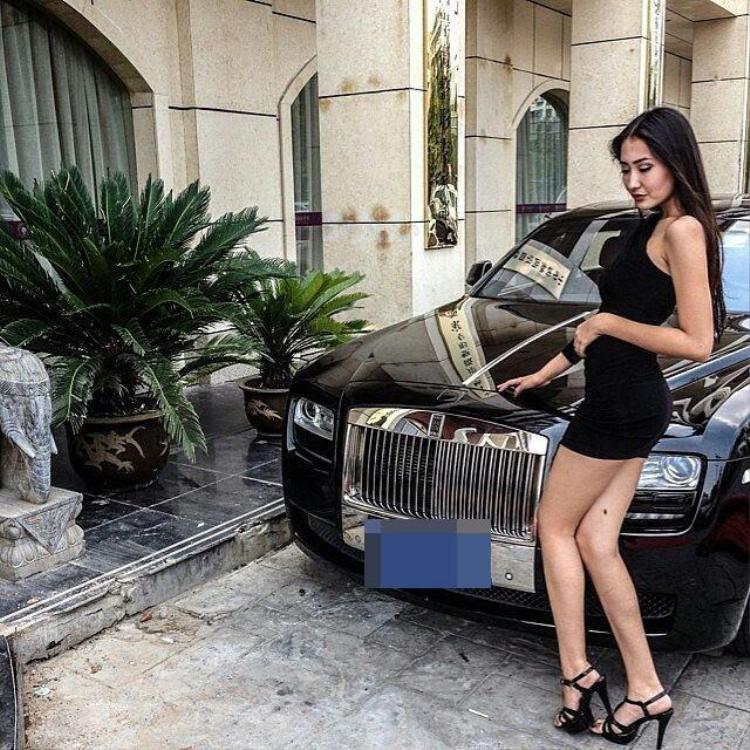 Tiểu thư bên cạnh chiếc siêu xe Rolls Royce màu đen. Ảnh: The Sun
