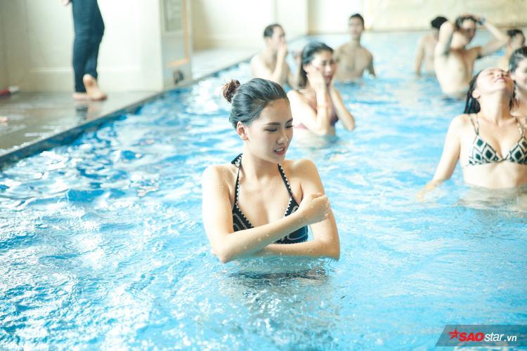 Sau đó, dàn thí sinh Siêu mẫu Việt Nam 2018 bắt đầu bước vào buổi luyện tập dưới hồ bơi. Dòng nước lạnh bước đầu khiến các chân dài có chút e dè.