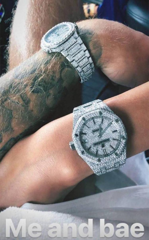 Cặp đôi Justin Bieber và Hailey Baldwin không ngại khoe bộ đôi đồng hồ kim cươngxa xỉ
