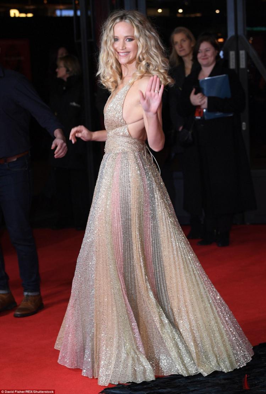 Nữ diễn viên 27 tuổi tỏa sáng trong chiếc váy xẻ ánh kim xuyên thấu vô cùng lộng lẫy của hãng thời trang Dior.