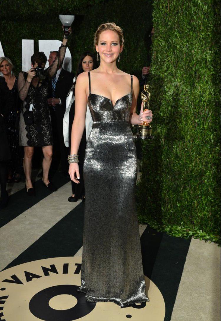Cô gái sinh năm 1990là người trẻ nhất giành được 4 đề cử Oscar, thắng một giải Oscar và 3 giải Quả cầu vàng.