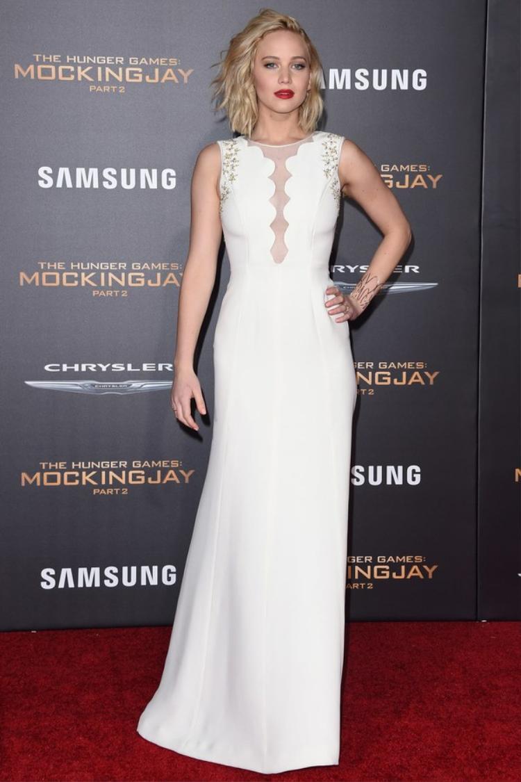 Tại buổi ra mắt Mockingjay phần 2 ở LA, Jennifer thay đổi tóc sang kiểu dợn sóng, màu môi đỏ mận và váy satin trắng của Dior