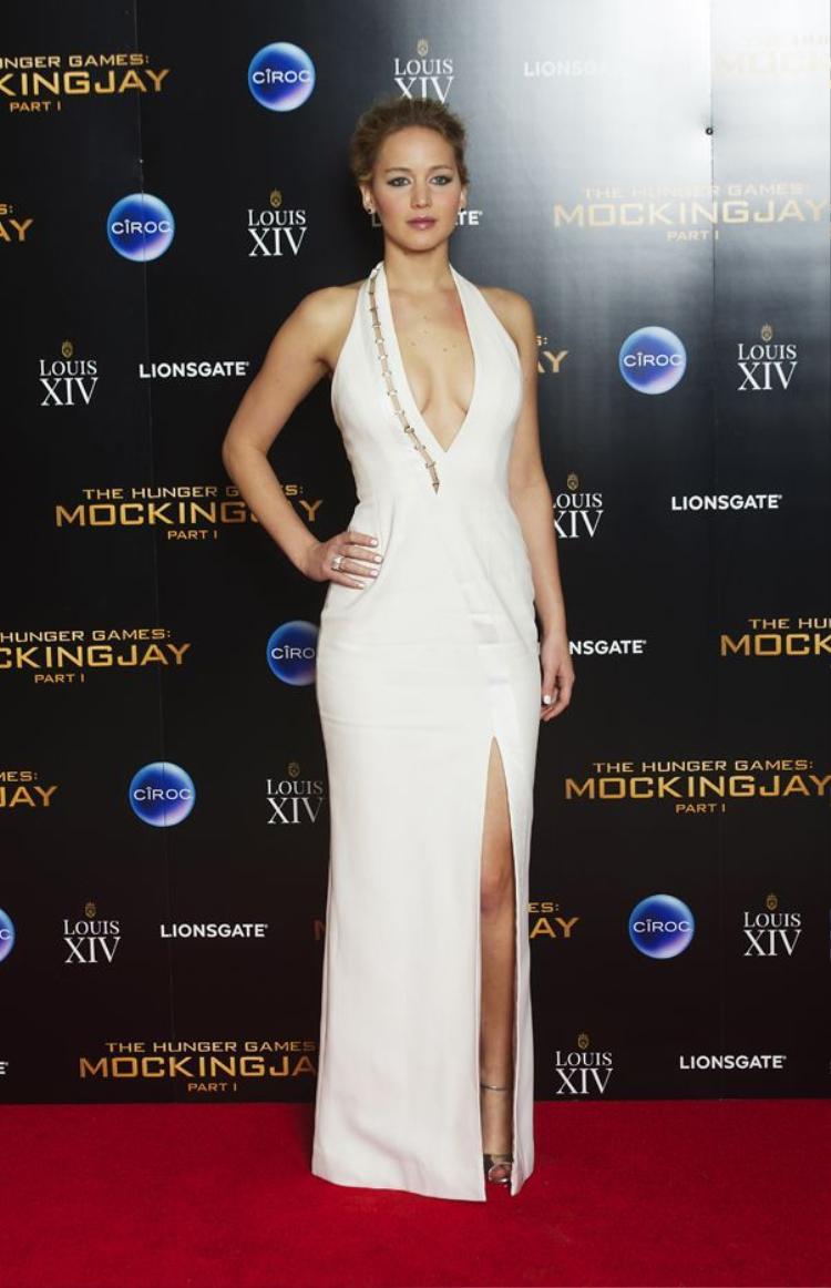 Mỗi lần Jennifer Lawrence lướt trên thảm đỏ, không ai có thể làm việc gì khác ngoài nín thở để ngắm nhìn